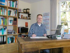 Heilpraktiker und Homöopath Rainer Schetelich aus Ratzeburg an seinem Schreibtisch
